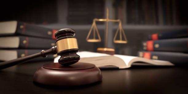 martillo y escala en la corte del juez. concepto legal - abogado fotografías e imágenes de stock