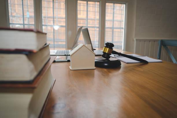 Richter Hammer & Haus Modell. Immobilien Recht & Eigenschaft-Auktion-Konzept – Foto