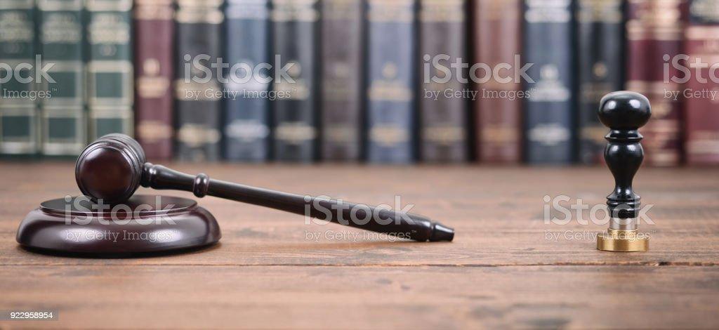 Richter Hammer, Notar Siegel und Gesetzesbücher auf einem hölzernen Hintergrund. - Lizenzfrei Abmachung Stock-Foto