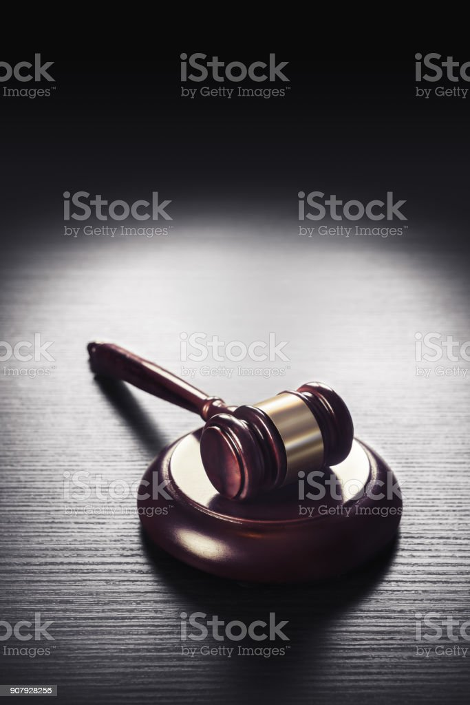martelo de juiz em um fundo preto de madeira - foto de acervo