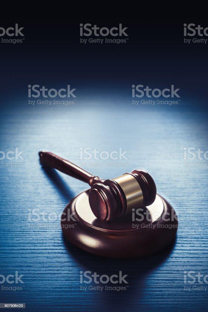 martelo de juiz sobre um fundo azul de madeira - foto de acervo