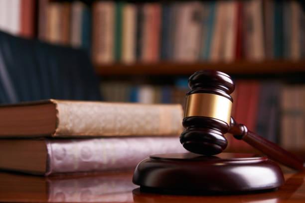 木桌上的法官槌或法律槌圖像檔