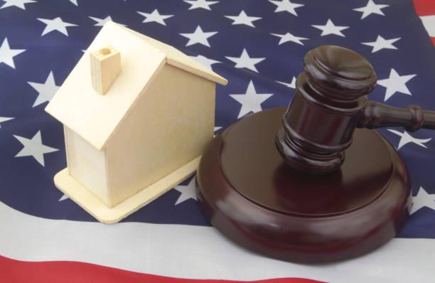 hakim memberil dengan rumah di bendera usa. - tax lawyer in usa potret stok, foto, & gambar bebas royalti
