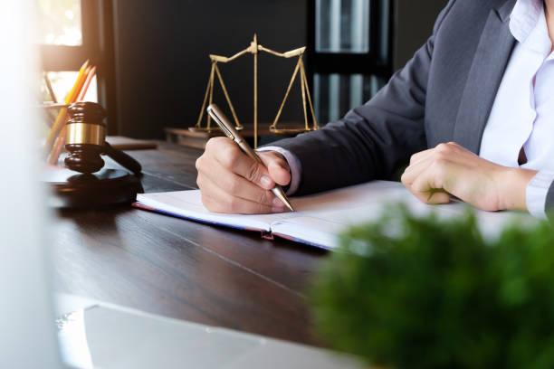 Richtergavel mit Justizanwälte, Geschäftsfrau in Klage oder Anwältin, die an einem Dokument. Rechts-, Beratungs-und Gerechtigkeitskonzept. – Foto