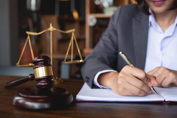 juez martillo con abogados de justicia, mujer de negocios en traje o abogado que trabaja en un documento. derecho jurídico, asesoramiento y concepto de justicia. - abogado fotografías e imágenes de stock