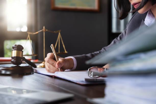 juez martillo con abogados de justicia, mujer de negocios en traje o abogado trabajando en un documento. concepto de derecho legal, asesoramiento y justicia. - abogado fotografías e imágenes de stock