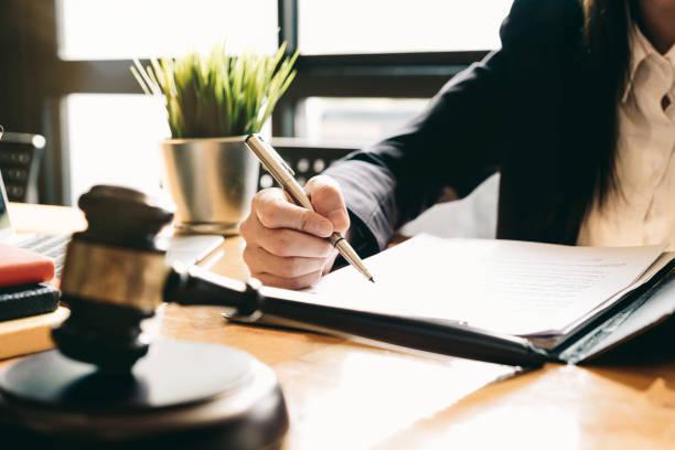 Richter gab mit JustizAnwälte, Geschäftsfrau in Klage oder Anwalt arbeiten an einem Dokument. Rechts-, Beratungs- und Justizkonzept – Foto