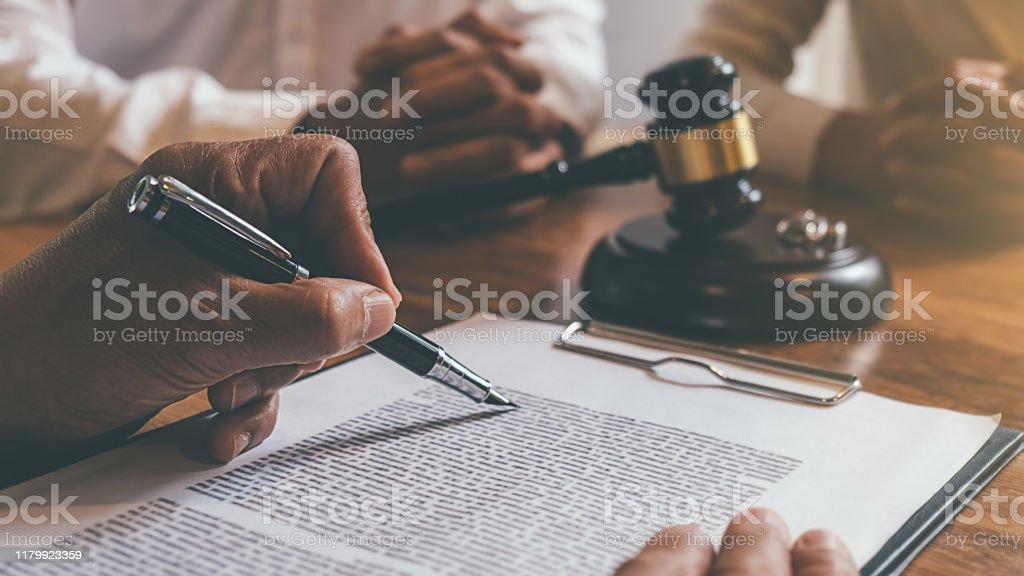 Domare ordförandeklubba med rättvisa advokater beslutar, samråd om äktenskapsskillnad mellan gifta par och underteckna skilsmässa dokument på bordet. Rättsprinciper och juridiska tjänster. - Royaltyfri Auktoritet Bildbanksbilder