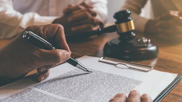 juez gavel con abogados de justicia decidiendo, consulta sobre el divorcio matrimonial entre pareja casada y firmando documentos de divorcio sobre la mesa. conceptos de derecho y sevices jurídicos. - abogado fotografías e imágenes de stock