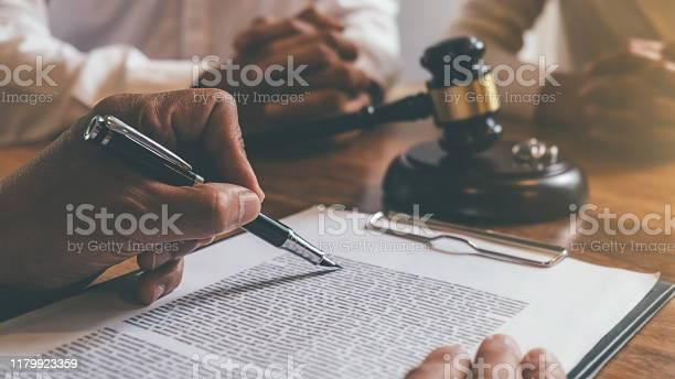 Domare Ordförandeklubba Med Rättvisa Advokater Beslutar Samråd Om Äktenskapsskillnad Mellan Gifta Par Och Underteckna Skilsmässa Dokument På Bordet Rättsprinciper Och Juridiska Tjänster-foton och fler bilder på Auktoritet