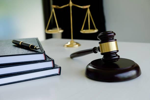 juez de martillo con justicia abogados tener reunión de equipo en el bufete de abogados en el fondo. conceptos de la ley. - biblioteca de derecho fotografías e imágenes de stock