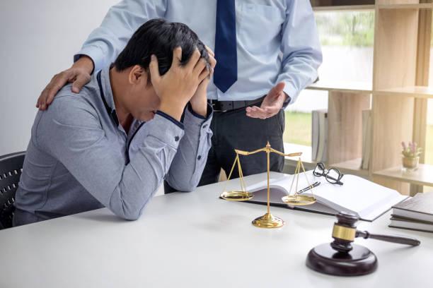 mazo de juez con escalas de justicia, empresarios y abogados masculinos discutiendo contrato papeles en el despacho en la oficina. conceptos de derecho - biblioteca de derecho fotografías e imágenes de stock