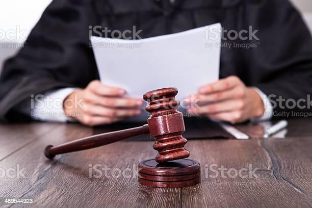 Judge Holding Documents-foton och fler bilder på Auktion