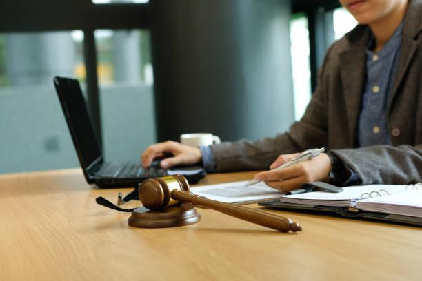 Arbeit mit dem Dokument Computer zu beurteilen. gesetzliche Recht Hammer im Gerichtssaal. Anwalt Rechtsanwalt Richter am Gericht – Foto