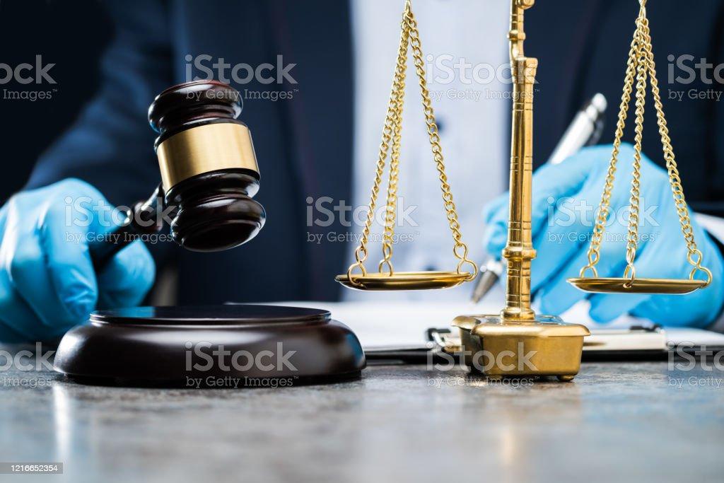 Richter schreibt auf Papier - Lizenzfrei Ansteckende Krankheit Stock-Foto