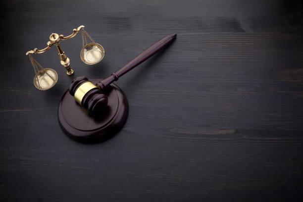 Richter Gavel und Skala der Gerechtigkeit auf dem schwarzen Tisch Hintergrund. Rechtskonzept. – Foto