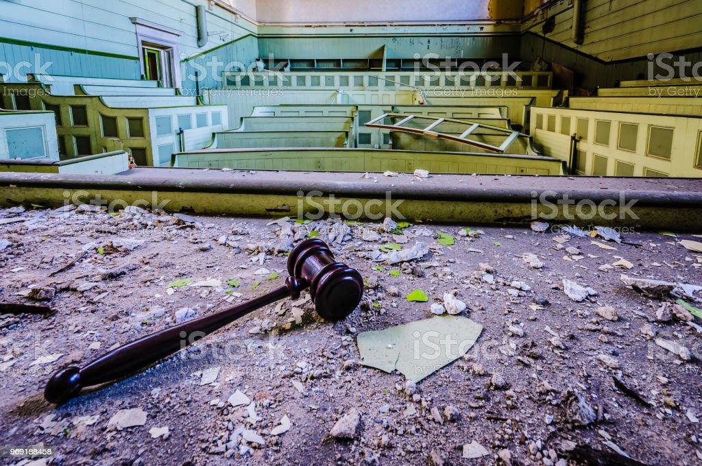 Richters Hammer liegen auf der Bank aus einem verlassenen Hof-Zimmer – Foto