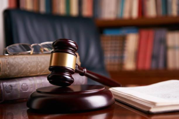 木桌上的法官槌或槌圖像檔