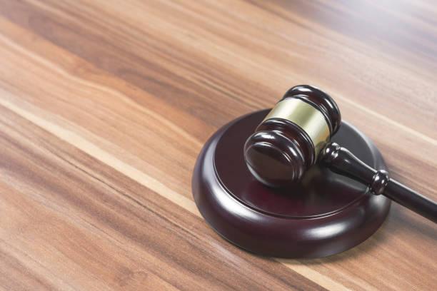 판사의 망치 / 나무 테이블에 망치 - 나무망치 뉴스 사진 이미지