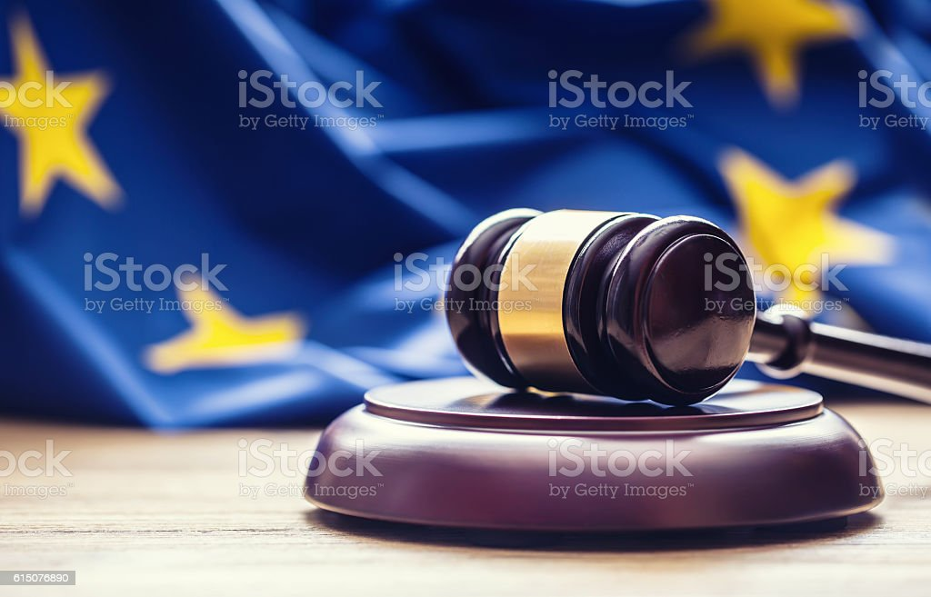 Judges wooden gavel with EU flag in the background. foto stock royalty-free