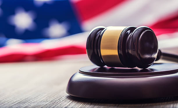 judges wooden gavel with usa flag in the background. - legislación fotografías e imágenes de stock