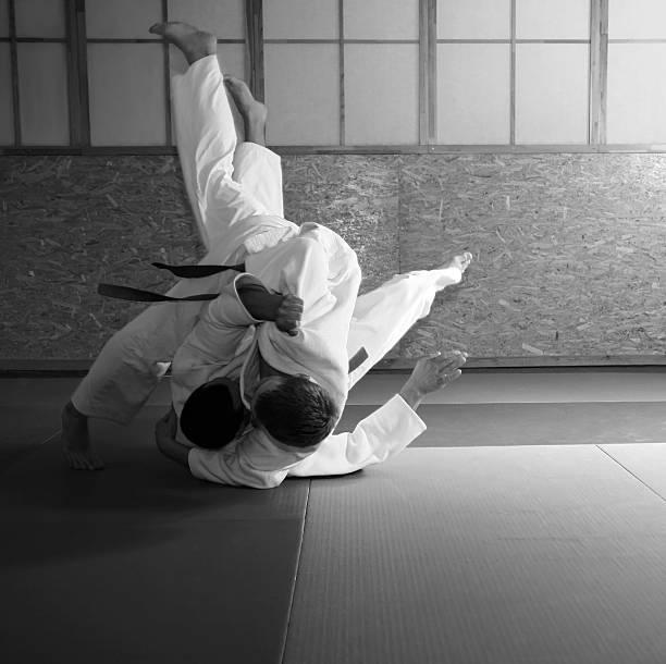 judo kämpfen - b767 stock-fotos und bilder