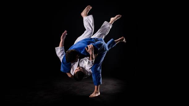 Judoka wirft seine Partnerin zu Boden – Foto