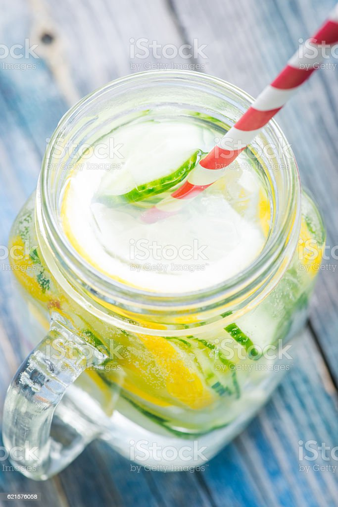 Jug with lemon and cucumber infused water photo libre de droits