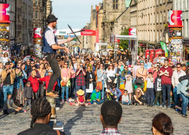Jonglieren schwerter Schwerter auf der Royal Mile beim Edinburgh Festival – Foto