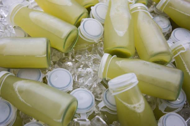 saft-flaschen auf eis in einem heap - partylabels stock-fotos und bilder