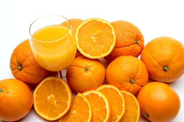 Saftglas und Orangenfrucht isoliert auf weißem Hintergrund – Foto