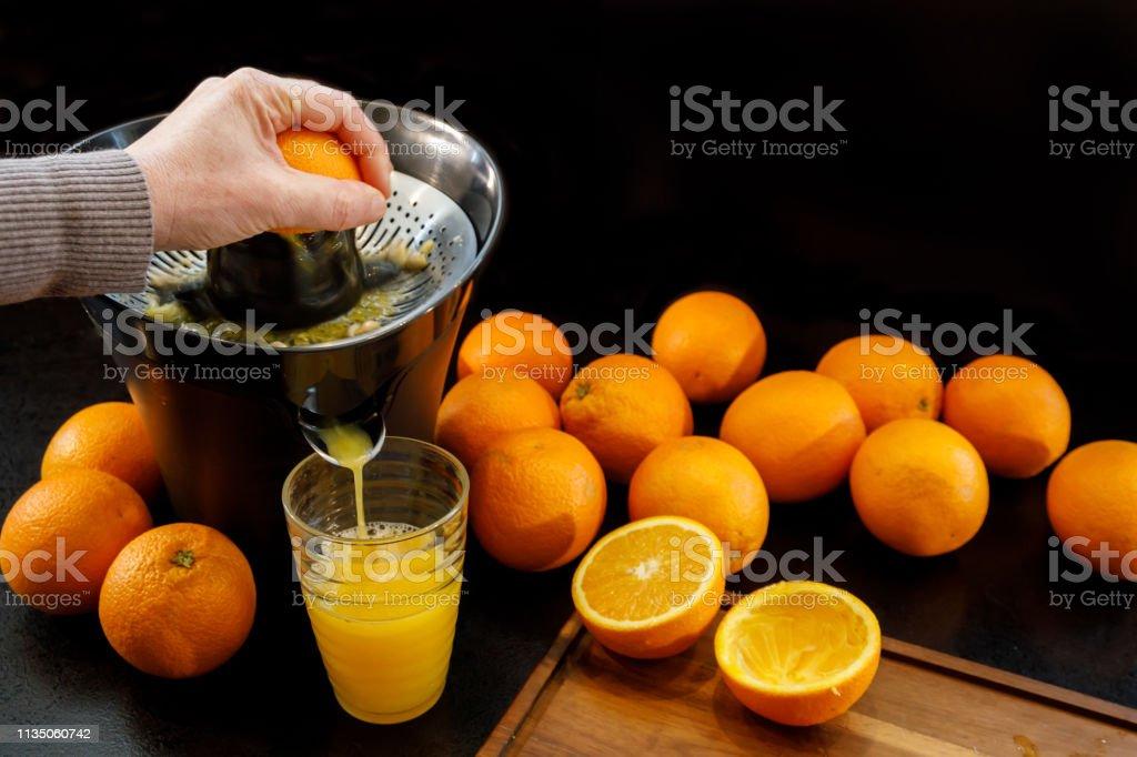 Het SAP van een frisse en gezonde sinaasappel. Gezond lifestyle concept. foto
