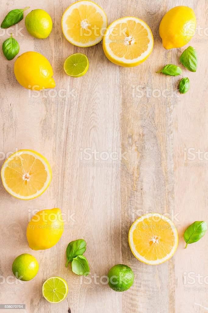 Juicy and fresh lime and lemon fruits on wooden background. – Foto