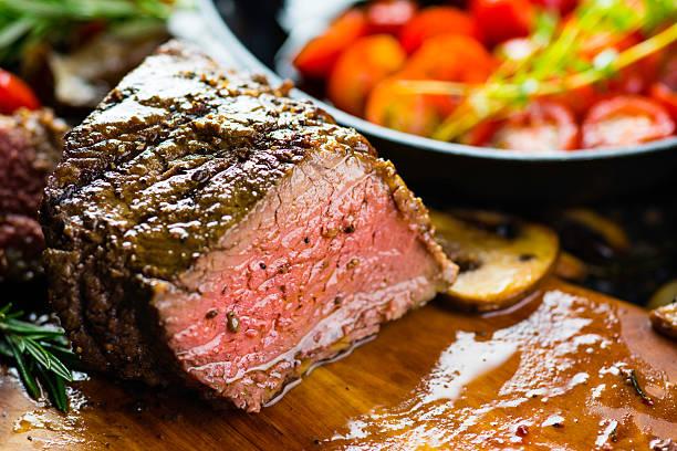 saftiges steak - steak anbraten stock-fotos und bilder
