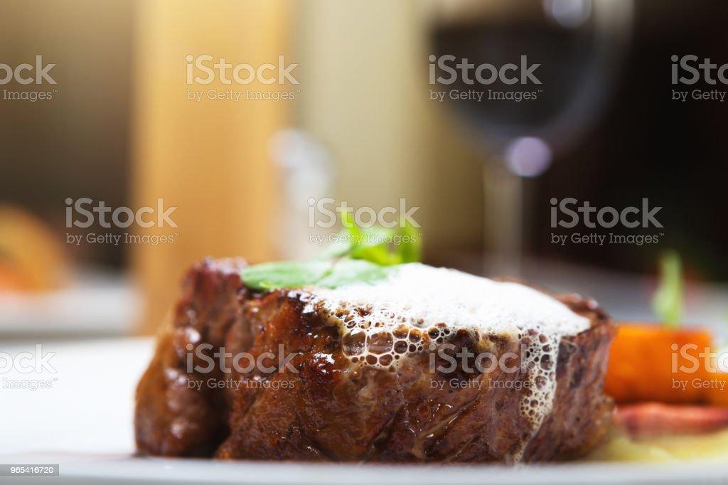 와인의 미식 레스토랑에서 육즙이 등심 스테이크 - 로열티 프리 0명 스톡 사진