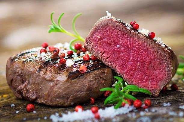 saftiges filet-steak mit frischen kräutern - steak anbraten stock-fotos und bilder