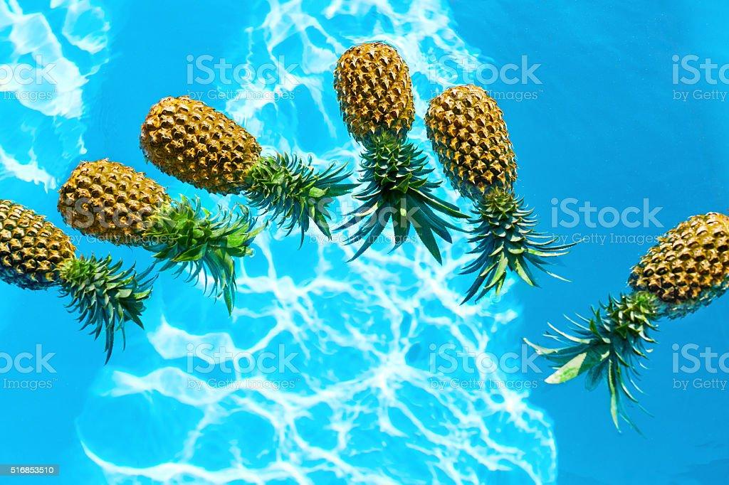 Saftiges Obst. Frische Bio-Ananas im Schwimmbad. Gesunde Speisen, – Foto