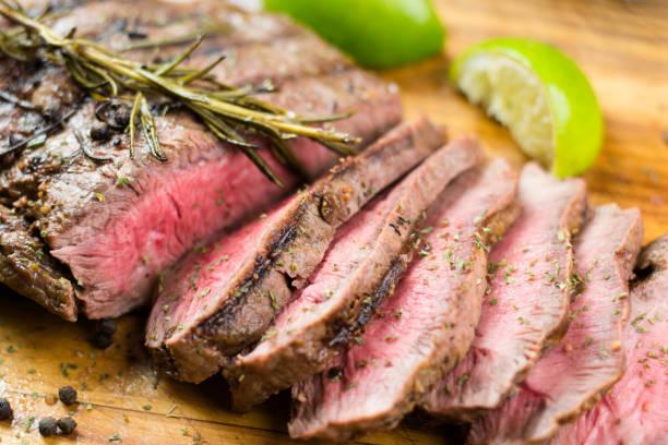 sappige gegrilde flank steak - sirloin stockfoto's en -beelden