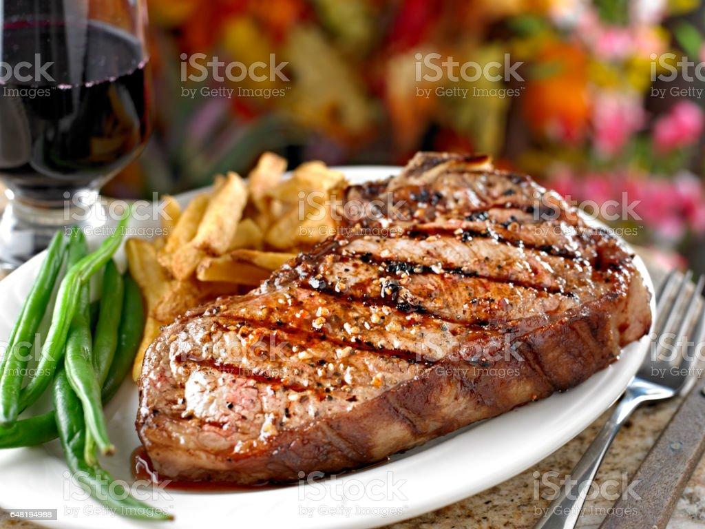 Jugoso bistec a la parrilla - foto de stock