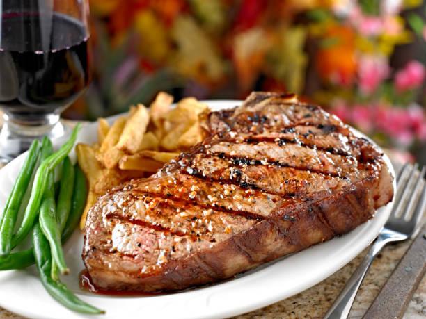 sappige gegrilde biefstuk - sirloin stockfoto's en -beelden