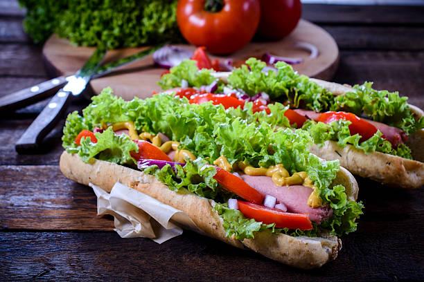 saftiges hot dogs - spieltag vorspeisen stock-fotos und bilder