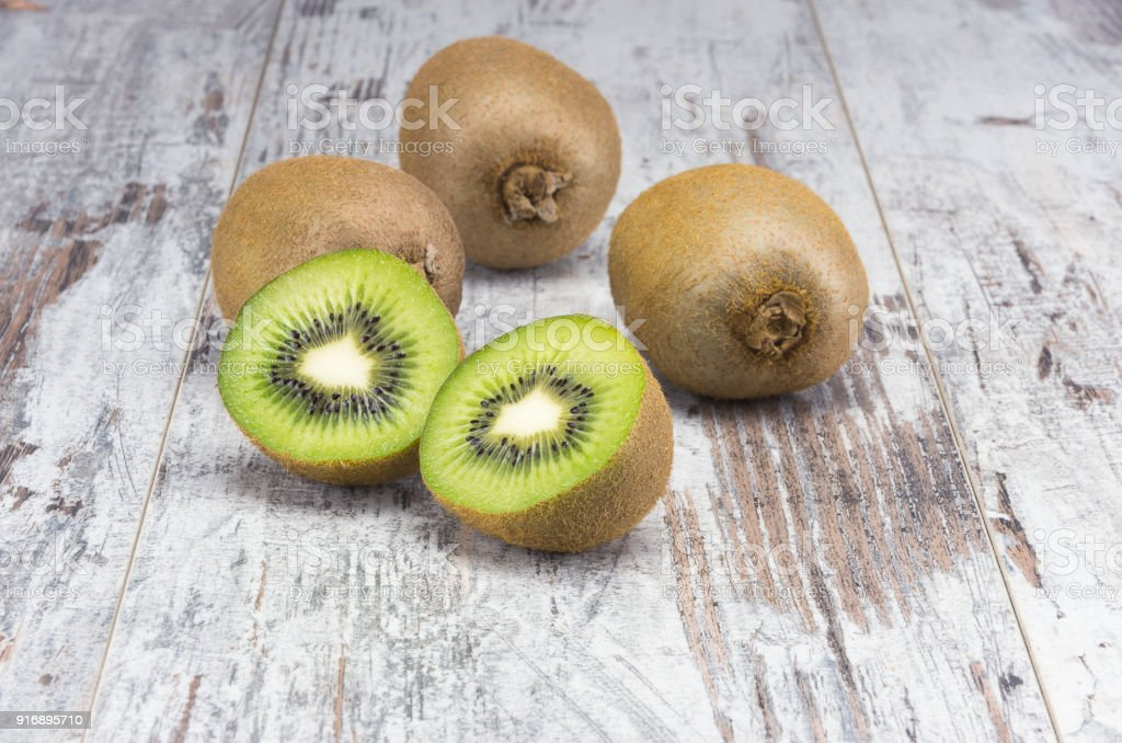 Juicy ripe kiwi fruit on the rustic table - foto stock