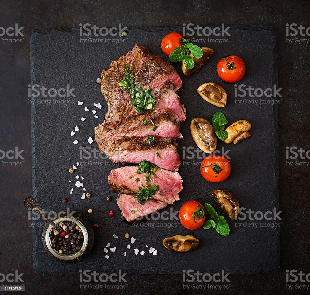 Saftiges Steak Medium seltene Rindfleisch mit Kräutern und Gemüse vom Grill. – Foto