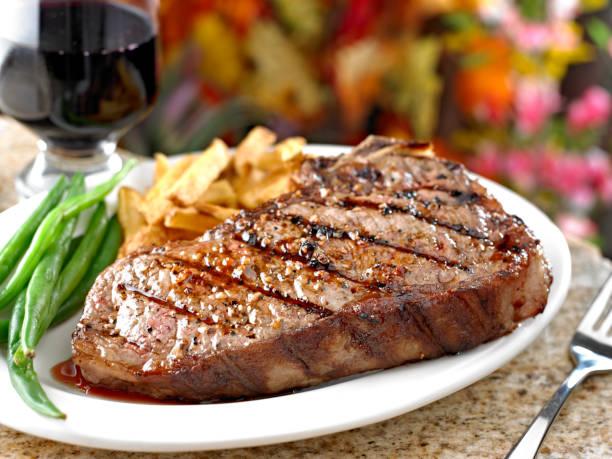 sappige steak - ribeye biefstuk stockfoto's en -beelden