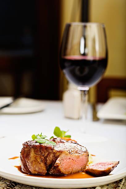 saftiges steak mit glas rot wein; die perfekte mahlzeit - weinsoße stock-fotos und bilder