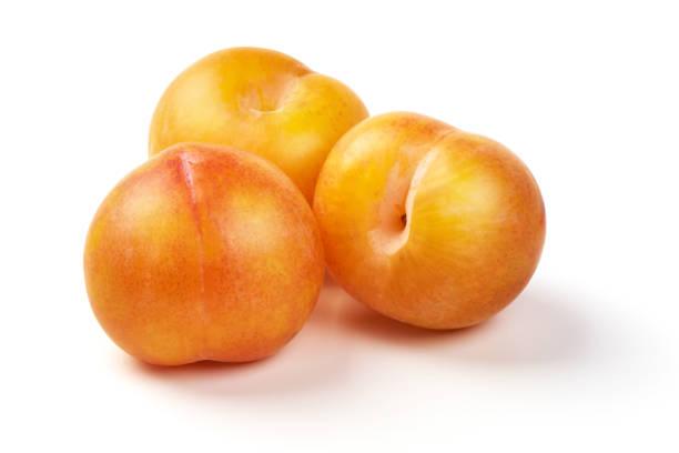 prunes jaunes juteuses, isolés sur fond blanc. - mirabelle photos et images de collection
