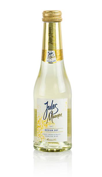 jules mumm-champagner - mini weinflaschen stock-fotos und bilder