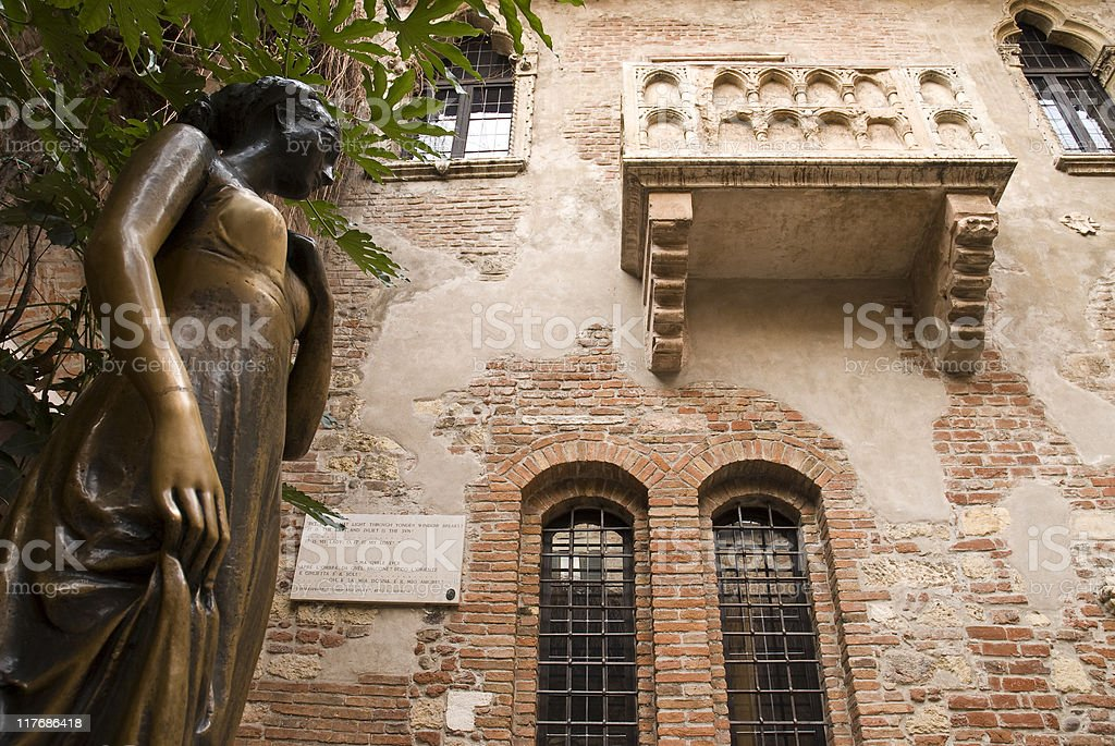 Juliet Capulet's balcony in Verona, Italy and statue royalty-free stock photo