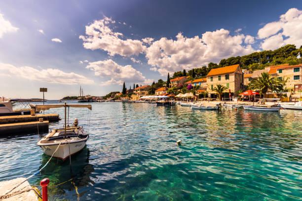 19. Juli 2016: Das Dorf von Maslinica auf der Insel Brac, Kroatien – Foto
