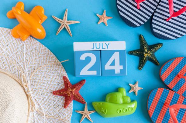 le 24 juillet. image du 24 juillet calendrier avec accessoires de plage l'été et la tenue de voyageur sur le fond. journée d'été, le concept de vacances - nombre 24 photos et images de collection